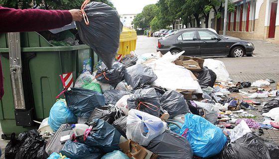 Montaña de basura en una calle de Jerez.