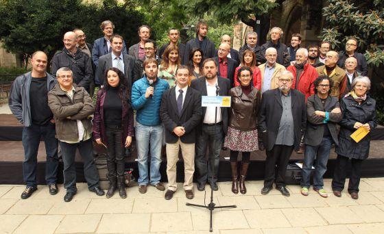 El candidato de ERC, Oriol Junqueras (en el centro) rodeado de miembros de la plataforma Catalunya Sí.