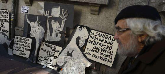 Pancartas contra la privatización de hospitales y centros de salud frente a La Princesa.