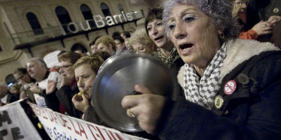Participantes en la asamblea de protesta contra el cierre de equipamientos sociales en Nou Barris.