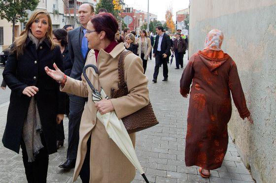 La candidata del PP, Alicia Sánchez-Camacho, ayer durante un paseo electoral en Terrassa.