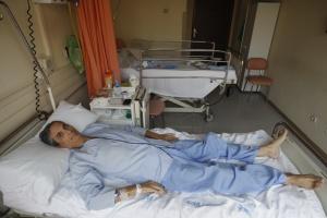 Justo Jiménez, uno de los pacientes que apoya las protestas contra el desmantelamiento de La Princesa, en su habitación.