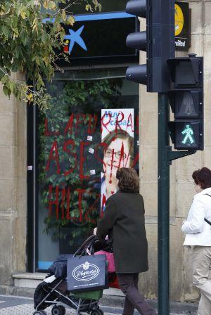 Una oficina de la Caixa, situada en el Boulevard donostiarra, ha amanecido esta mañana con pintadas de 'asesinos'.