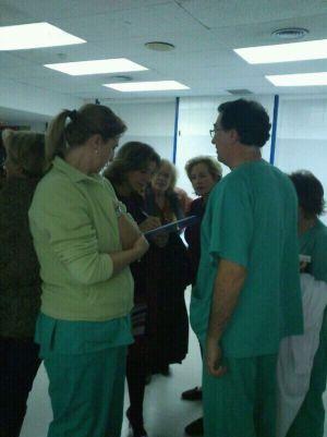 Ana Botella firma en apoyo del hospital de La Princesa.