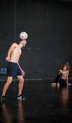Danza con balón de fútbol en 'Avalanche'.