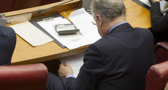 El exconsejero Rafael Blasco lee en las Cortes un informe supuestamente filtrado por Vela.