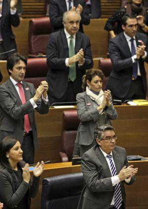 El consejero José Manuel Vela, en la primera fila, y Blasco, en la tercera, durante el pleno del jueves.