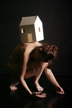 Representación de 'Paredes de papel', de la coreógrafa Lesley Telford.