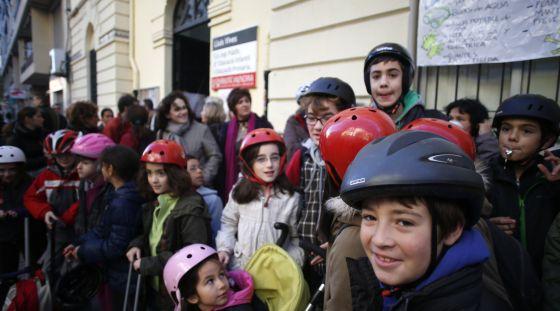 Protesta con casco de los padres y escolares del Luis Vives, cuyo techo se desplomó.