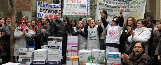 La plataforma de trabajadores ante la Consejería de Sanidad.