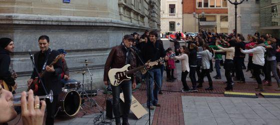 Mikel Rentería, en el centro, en el 'flashmob' que se ha desarrollado en el centro de Bilbao.