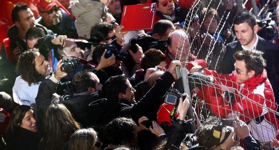 Fernando Alonso firma autógrafos en el circuito Ricardo Tormo de Cheste, donde Ferrari celebró el fin de temporada.