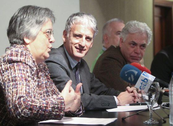 El presidente de la Audiencia de Gipuzkoa, Iñaki Subijana, en el centro, el viceconsejero de Sanidad, Jesús María Fernández Díaz y la superiora del hospital Aita Menni, Rosa Abad.