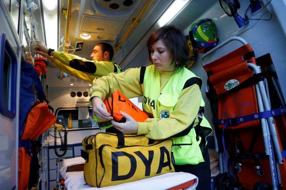 Dos operarios de la DYA trabajan en una de las ambulancias de la asociación en San Sebastián.