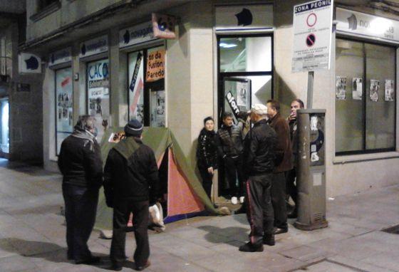 V ctimas de preferentes acampan y toman cajeros en for Oficinas y cajeros