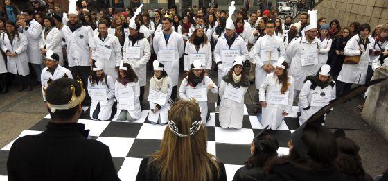 Sanitarios madrileños, convocados por Afem, han escenificado esta mañana una partida de ajedrez en la que los peones blancos, los médicos, se enfrentan a los negros, los privatizadores y empresas.
