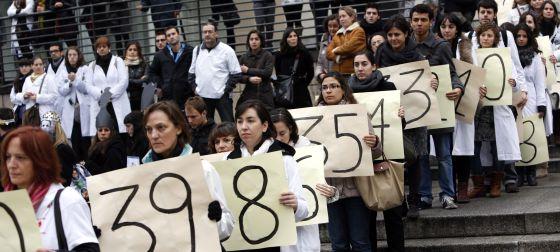 Un grupo de médicos de Madrid escenifica en la plaza del Museo Reina Sofía la cuenta atrás hasta la extinción del actual modelo sanitario.