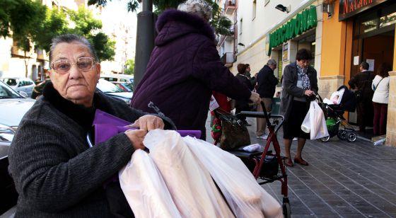 Una de las clientas de barras de pan de 20 céntimos en el horno de Navarro de Quart de Poblet.