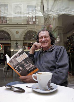 Alfons Cervera, en la cafetería de La Nau en Valencia.