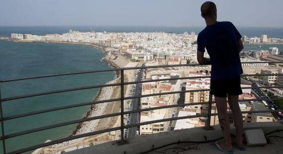 Un vecino de Cádiz observa la ciudad desde la torre de comunicaciones de Telefónica.