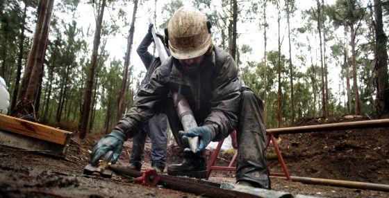 Un operario realiza labores previas en la mina de Corcoesto que pretende explotar una multinacional canadiense.