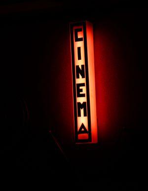 Luminoso en el interior del cine Alba de Madrid.