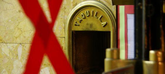La taquilla de la sala conserva el aroma de los viejos cines de Madrid.