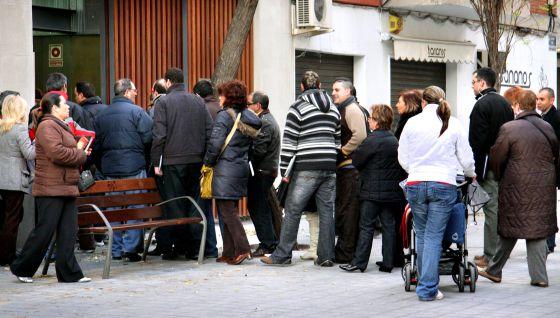 Cola de parados ante una oficina del Servef (servicio valenciano de empleo) en Mislata.