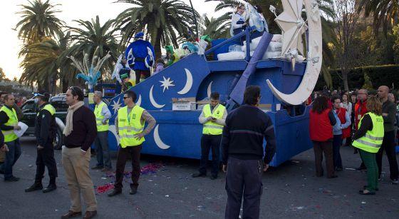Miembros del dispositivo de seguridad rodean la zona donde falleció el niño atropellado.