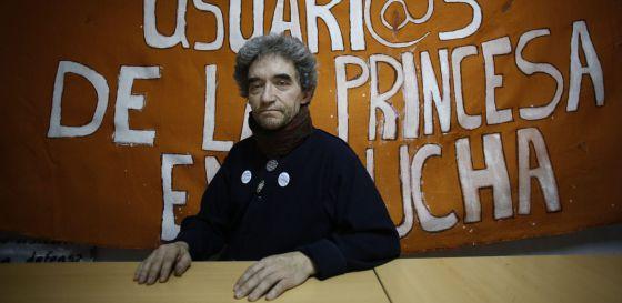 """Estas Navidades han sido diferentes para Juan Antonio Recio, de 56 años, enfermero del hospital de La Princesa que tuvo que dejar su trabajo en 2002 al quedar incapacitado tras un accidente. Mantiene una huelga de hambre desde el 21 de diciembre y permanece encerrado, bajo la supervisión de los médicos, para luchar """"por la sanidad pública"""". Solo ingiere agua con limón y sirope de arce. Ayer decía estar """"un poco cansado, pero bien"""", y notar el """"apoyo"""" de sus compañeros. Recio tiene una """"situación familiar difícil"""", con su madre y su hermana viviendo en residencias. Los participantes en las concentraciones en La Princesa (11 y 18 horas) le visitan a diario."""