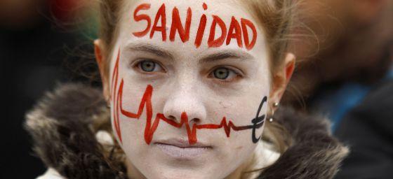 Una joven con la cara pintada en la manifestación por la sanidad pública.