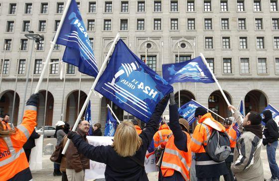 Los trabajadores del aeropuerto de foronda llevan a madrid for Oficinas aena madrid
