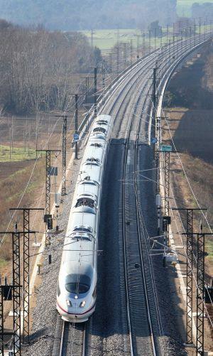 El tren inaugural, ayer, a su paso por Sant Andreu del Terri.