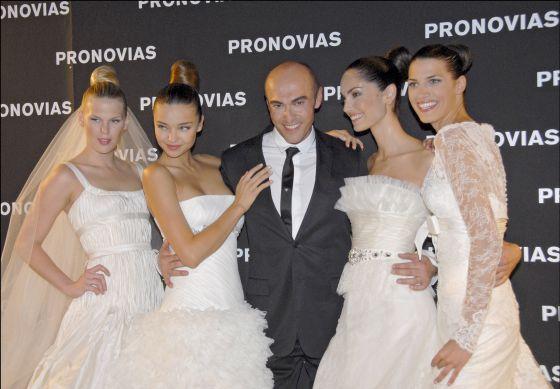 Manuel Mota posa con Alexandra Richards, Miranda Kerr, Eugenia Silva y Laura Sánchez, con vestidos de su firma
