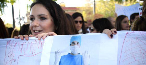 Médicos residentes durante una manifestación de MIR en Sevilla.