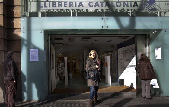 Els clients llegien a inicis de l'any l'anunci del tancament de la llibreria Catalònia, a Barcelona.