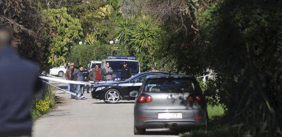 La policía rodea el vehículo tiroteado.