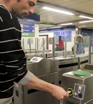 Un usuario introduce su billete en el torno de entrada de una estación del metro de Madrid.