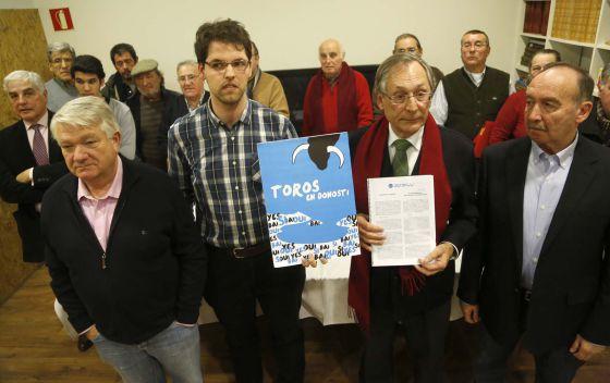 En el centro, Jon Ander Sanz, presidente de Toros en Donosti, Sí, y el portavoz de la asociación, Francisco Tuduri, junto a otros aficionados a la fiesta.