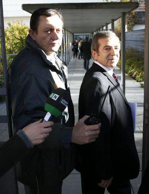 Ginés Jiménez, a la derecha, al llegar al juzgado.
