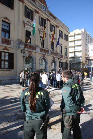 Dos agentes de la Guardia Civil, ayer ante el Ayuntamiento de Lloret de Mar.