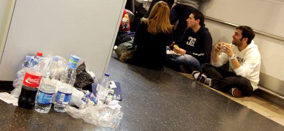 Basura acumulada en la Terminal 1, esta mañana.
