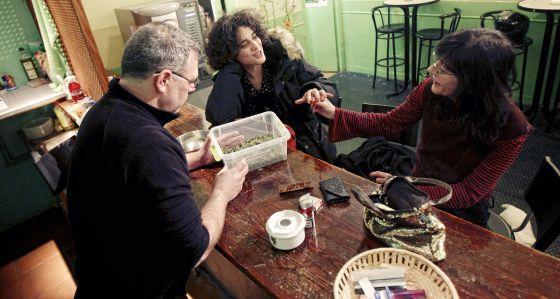 Socios de Le Santa le club comprando y fumando marihuana.