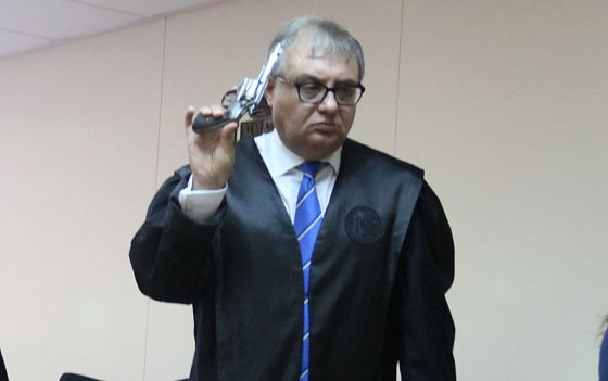 El abogado, con una pistola de colección.