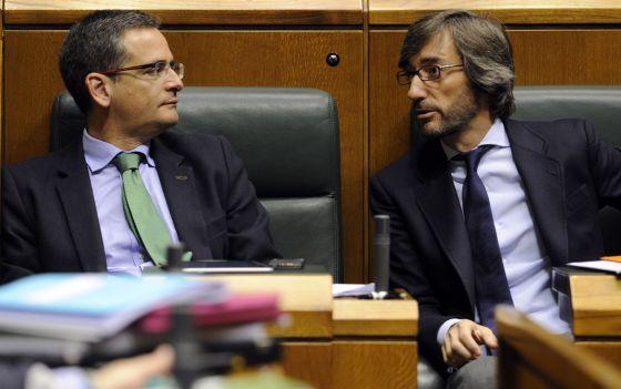 Basagoiti (izquierda) y Oyarzábal conversan en sus escaños del Parlamento vasco.
