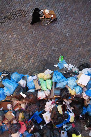 Una calle de Sevilla esta semana durante la huelga de basura.