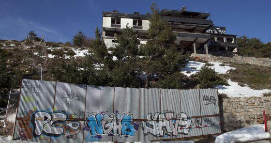 Vista de una de las residencias abandonadas en Navacerrada.