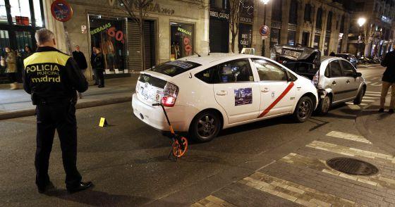 Un policía municipal observa el taxi siniestrado el pasado domingo.