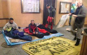Cuatro 'mossos' preparándose para domir la noche del miércoles en los soportales del Ayuntamiento de Vielha.