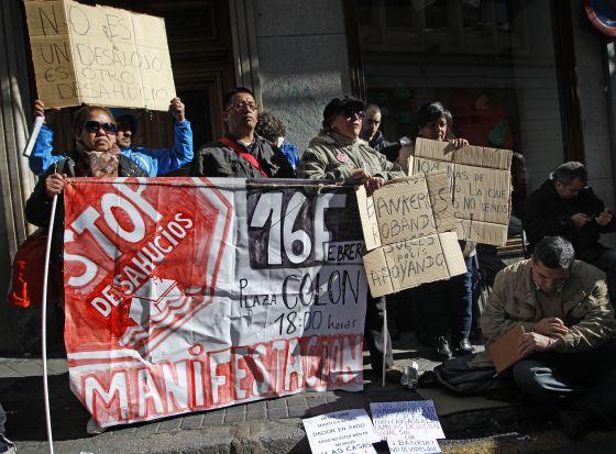 Carteles de protesta en la plaza de Celenque.